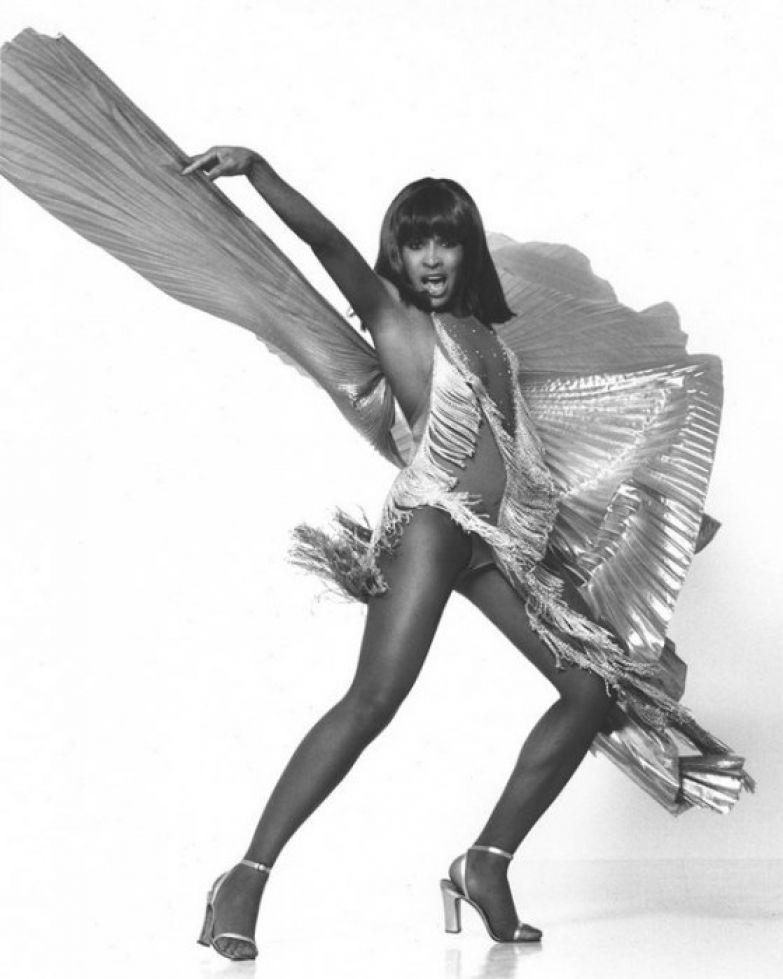 Певица выступала на шоу Victoria's Secret и ходила по подиуму ничуть не менее профессионально, чем «ангелы марки». | Фото: express.co.uk.