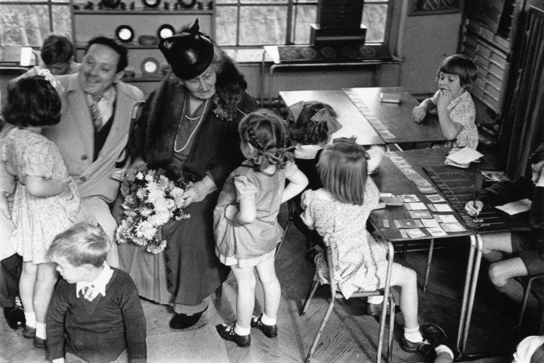 Мария Монтессори с детьми.
