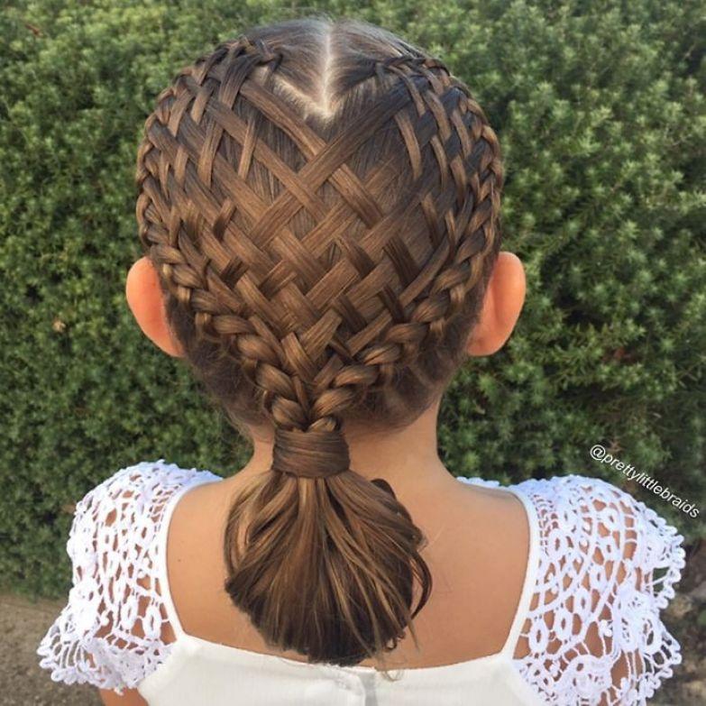 Каждый день мама делает дочке новую прическу перед школой дочь, коса, мама, прическа