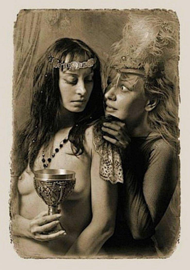 ...женщина с исступленными глазами вбежала в комнату и простерла руки к Маргарите... «Мастер и Маргарита». Фотоиллюстрации Елены Мартынюк.