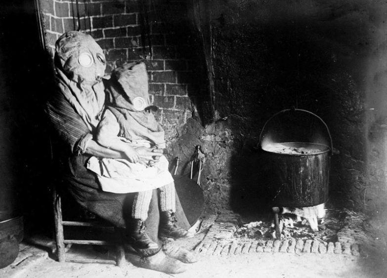 14. Мать с ребёнком готовят еду в противогазах. Французская глубинка, Первая мировая война. интересное, исторические фото, история, фото