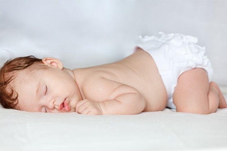 1-малыш-спит-на-животе