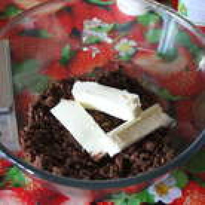 Печенье раскрошите. Хорошо перемешайте крошку с размягченным сливочным маслом до образования однородной массы.