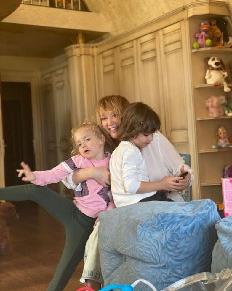 Алла счастлива проводить время с детьми