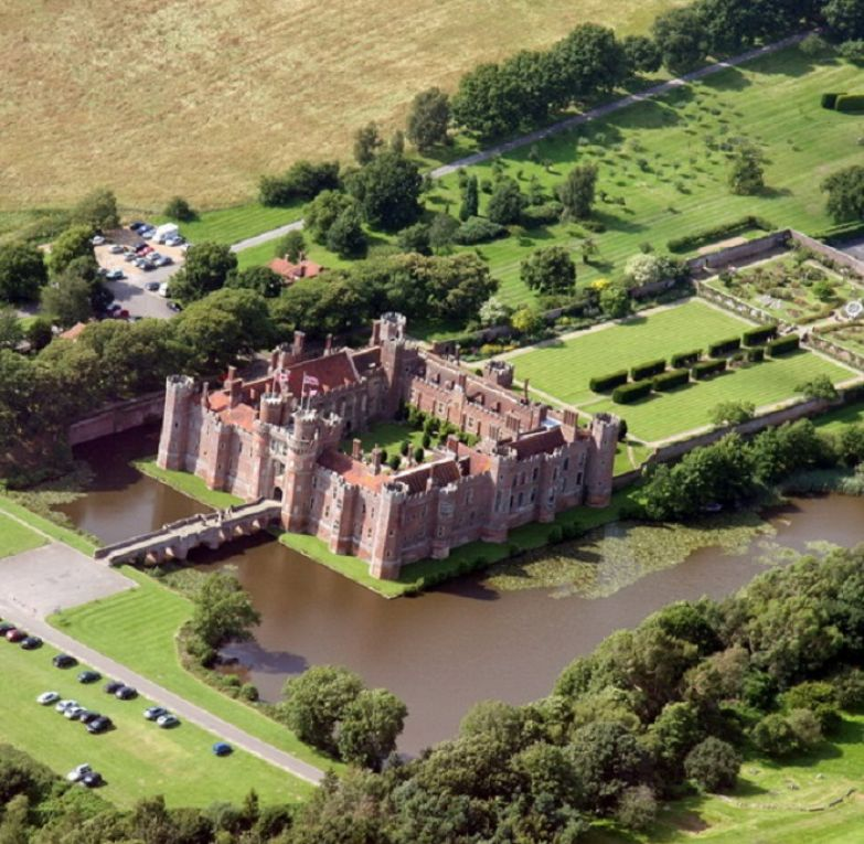 Одно из самых старых, больших кирпичных сооружений 15-го века, все еще сохранившихся в Англии.