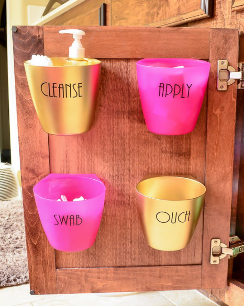 20. Храните вещи, которые вы используете чаще всего, в пластиковых контейнерах, прикреплённых к дверцам шкафчика. ванная комната, лайфхаки, уют
