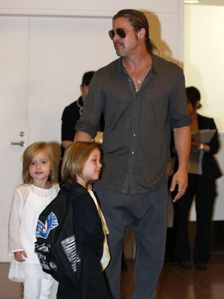 Брэд Питт с близнецами Ноксом и Вивьен