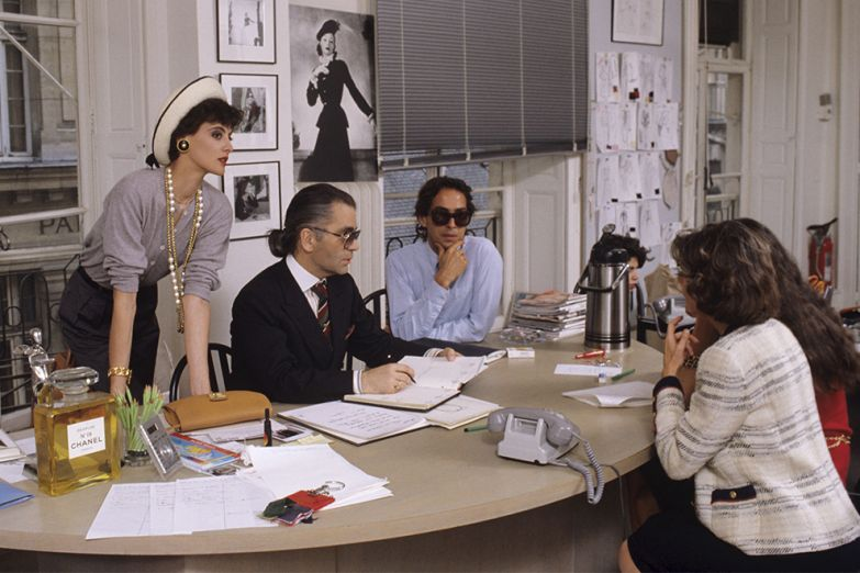 Карл Лагерфельд в ателье Chanel за работой, 1984