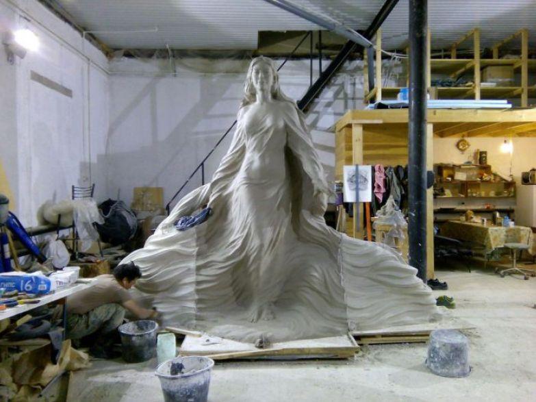 Лена в мастерской Николая Чоччасова.