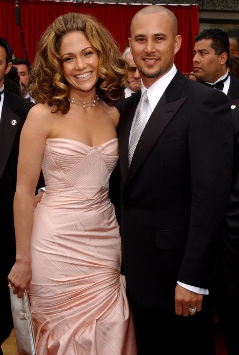 Молниеносная Лопес вылюбилсь и вышла замуж за парня из своей подтанцовки Криса Джадда. Их брак длился недолго, в 2002 они уже развелись любовники, романы знаменитостей