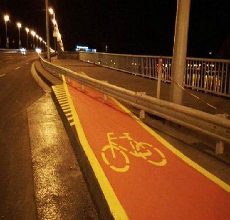 Суровые дороги не только в нашей стране асфальт, дорожная разметка, надписи на машинах, прикол