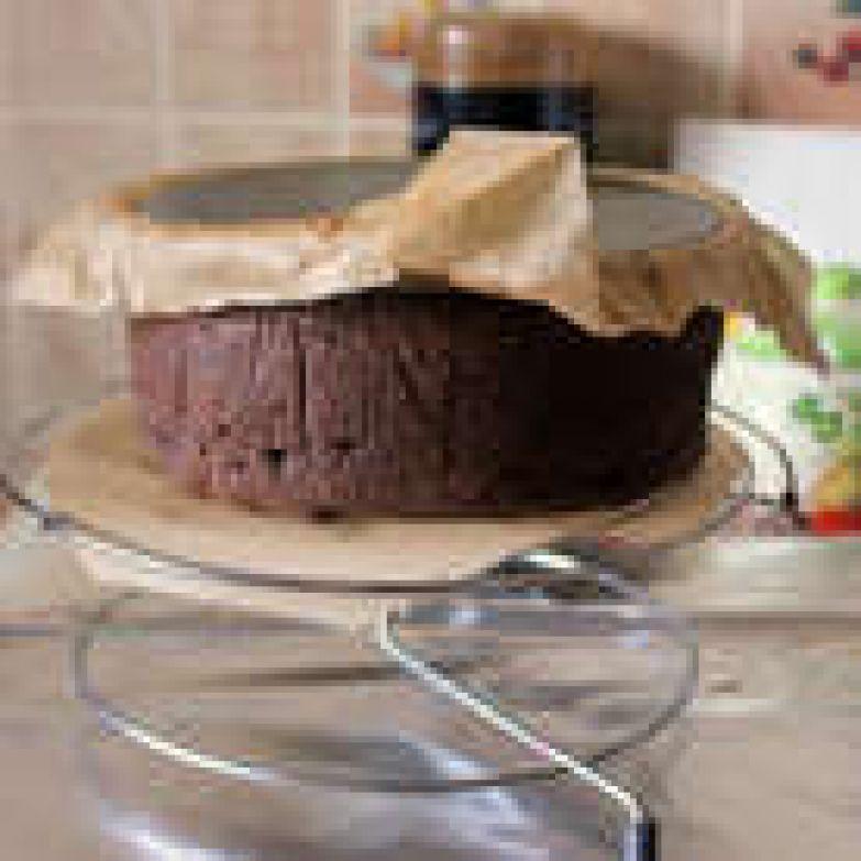 Готовому пирогу дайте минут 30 постоять в форме, затем снимите кольцо, и дайте полностью остыть. Уберите пирог на несколько часов в холодильник.