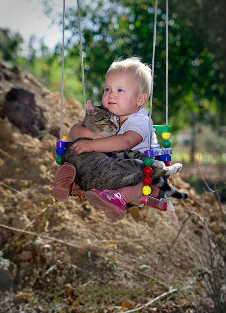 10. И на качелях покатаются, и пообнимаются кот, малыш, очарование