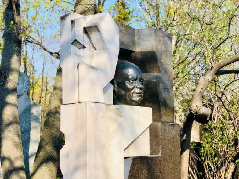 Скульптор Эрнст Неизвестный хотел с помощью черно-белого цвета и ломаных линий камня показать противоречивую натуру Никиты Сергеевича Хрущева.