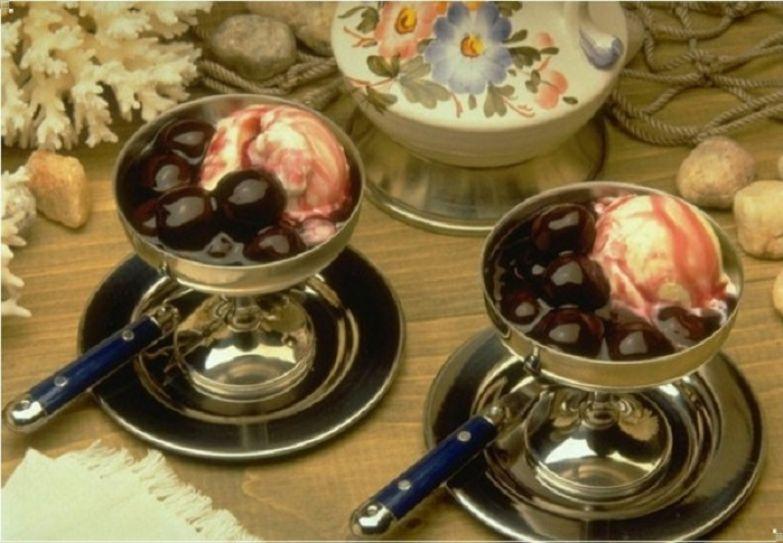 Мороженое с вишнёвым вареньем.