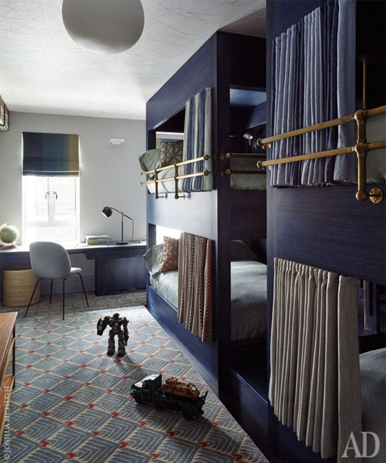 Спальня мальчиков оформлена в синих оттенках. На полу лежит ковер от Vanderhurd.