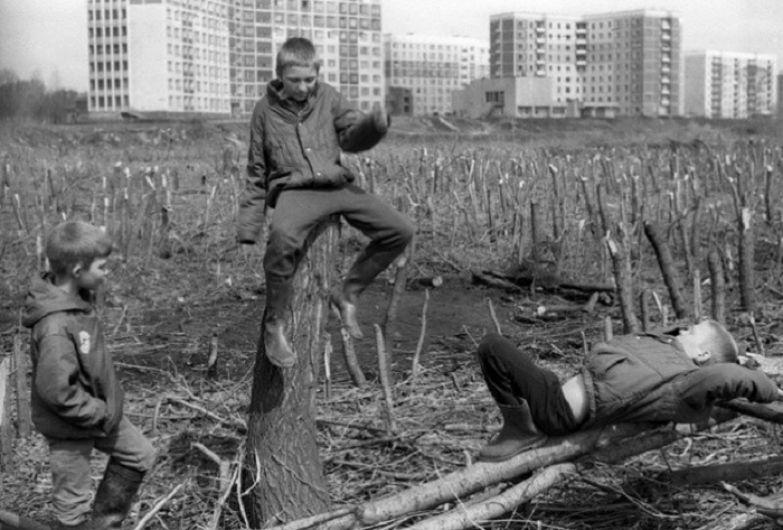 Дети на окраине города. СССР, Новокузнецк, 1980-е годы.