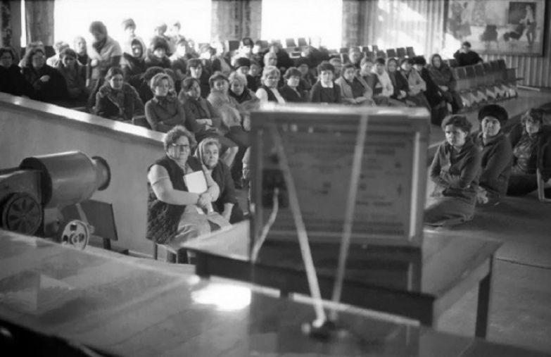 Просмотр обучающего фильма. СССР, Новокузнецк, 1980-е годы.