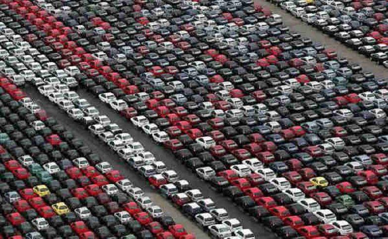 Стоянка в порту Валенсии, Испания. Эти разноцветные автомобили никуда отсюда уже не поедут, будут стоять и потихоньку ржаветь. авто, факты