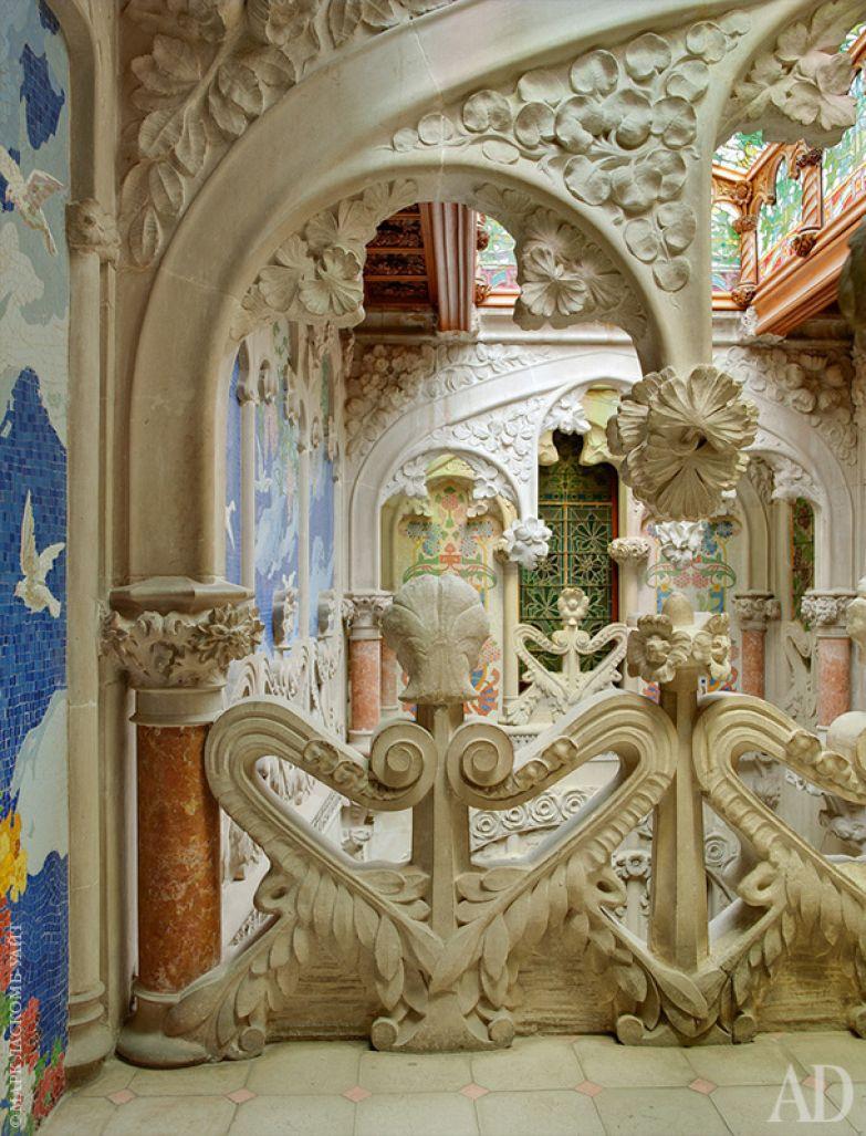 Внутренний двор украшен лепниной и росписями по эскизам Томаса Бергады.