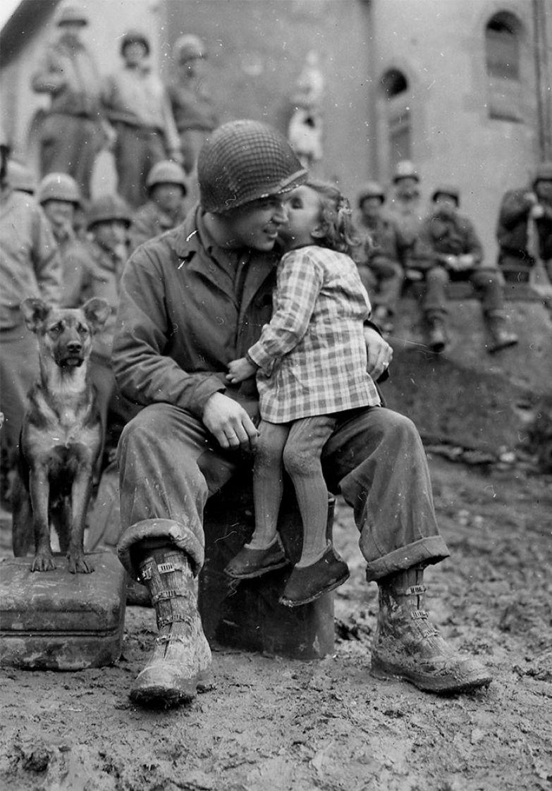 23. Маленькая французская девочка целует американского солдата в Валентинов день, 1945 г. архивные фотографии, лучшие фото, ретрофото, черно-белые снимки