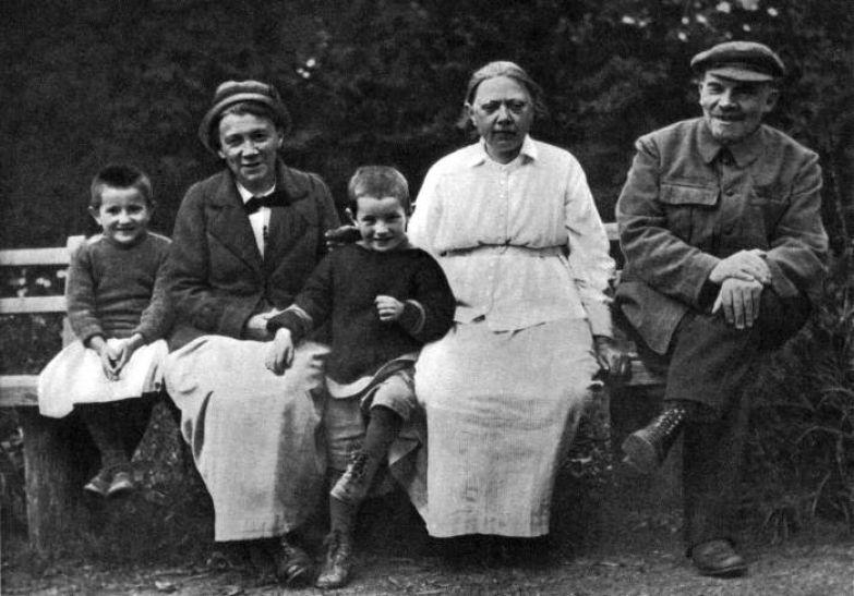 Владимир Ленин и Надежда Крупская с племянником Ленина Виктором и дочерью рабочего Верой в Горках. 1922 год.