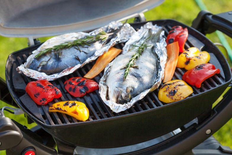 Если вы собираетесь готовить целую рыбу, сделайте на ней несколько небольших надрезов, чтобы маринад и аромат пряностей проникли внутрь
