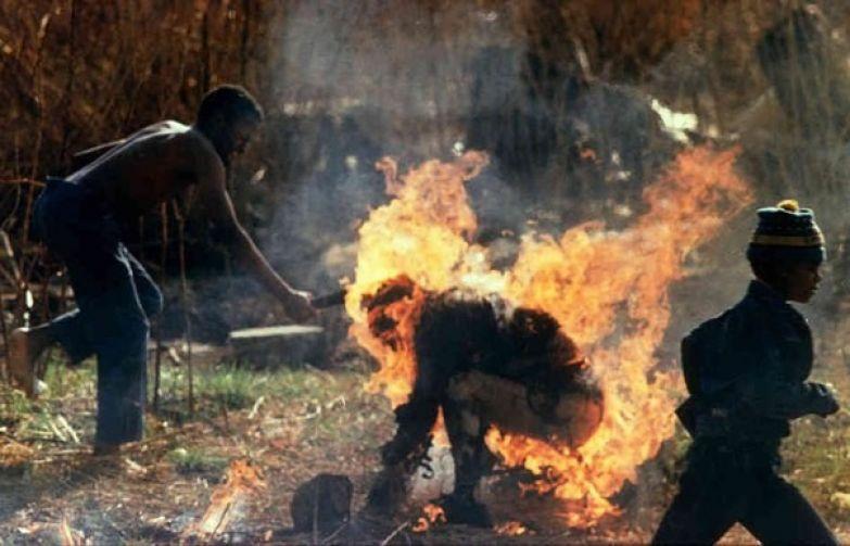 Сторонники Африканского национального Конгресса сжигают человека, в котором заподозрили шпиона зулу. ЮАР, 1990 год. история, события, фото