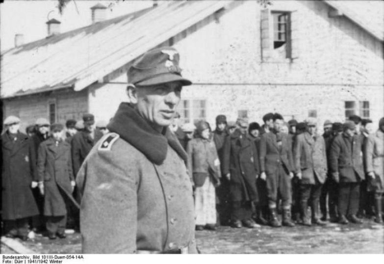 Концлагерь Саласпилс. Взрослые узники возле барака, декабрь, 1941. /Фото:mywebs.su