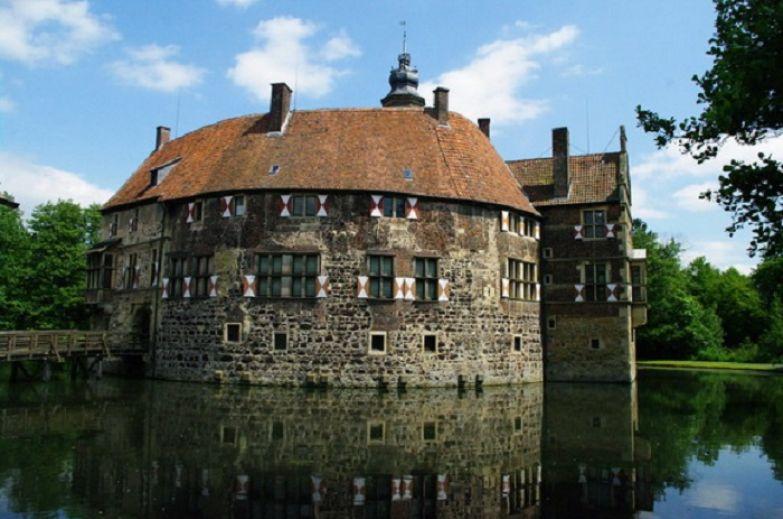 Средневековая оборонительная крепость - укреплена по периметру каменными стенами и окружена рвом наполненным водой.