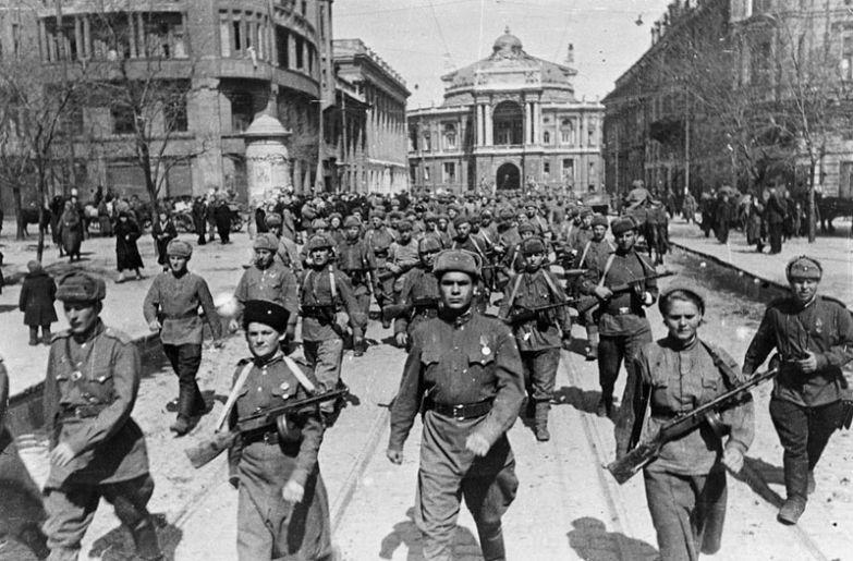 62-я армия, группа солдат, среди них две женщины, марширует по улицам Одессы, апрель 1944 года