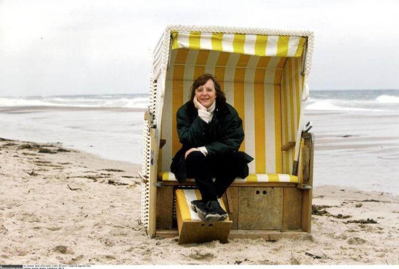 Ангела Меркель на шезлонге у Балтийского моря в Германии в 2000 году.