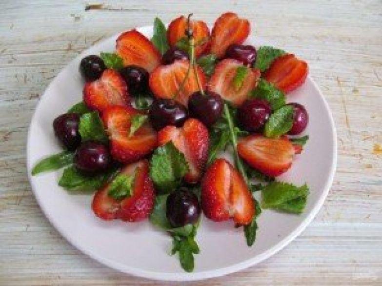 Салат из клубники и черешни - фото шаг 4