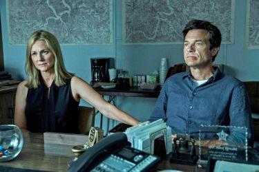 Главные роли в сериале исполнили голливудские звезды Лора Линни и Джейсон Бейтман