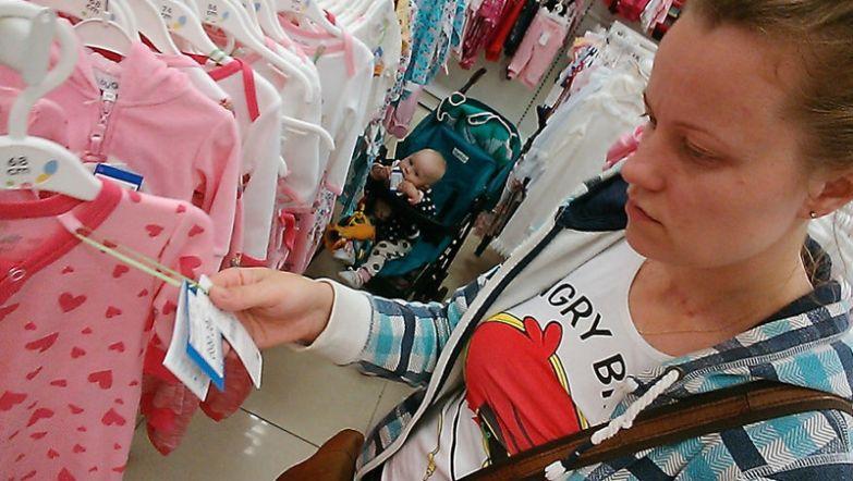 Василиса сама себе выбирает одежду - просто жует от нее ценники будни, мама, проект