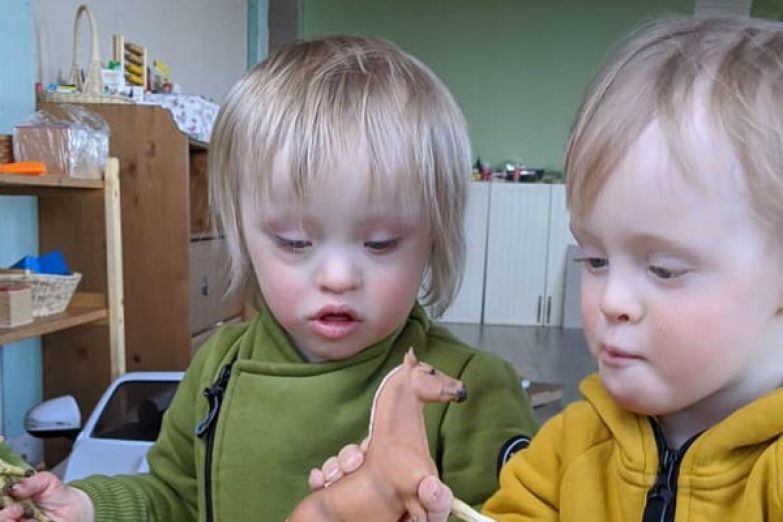 Юлия ежедневно занимается с детьми, развивая их интеллектуальные способности