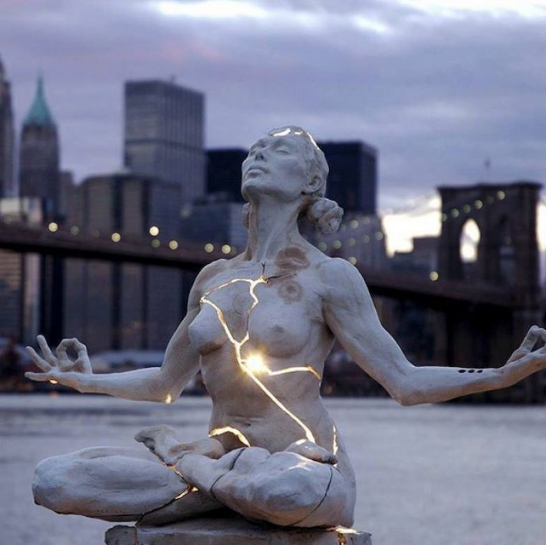 https://interesnoznat.com/wp-content/uploads/4.-Expansion-sculpture-in-Brooklyn-Bridge.-688x687.jpg