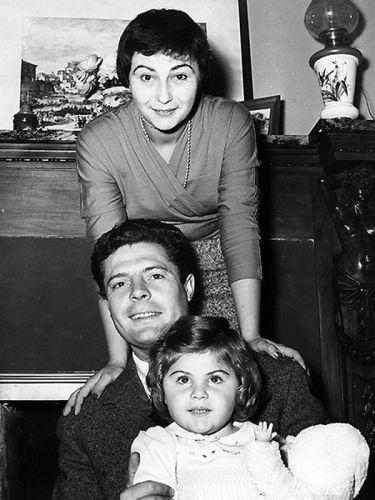 Марчелло Мастроянни с женой Флорой и дочерью.