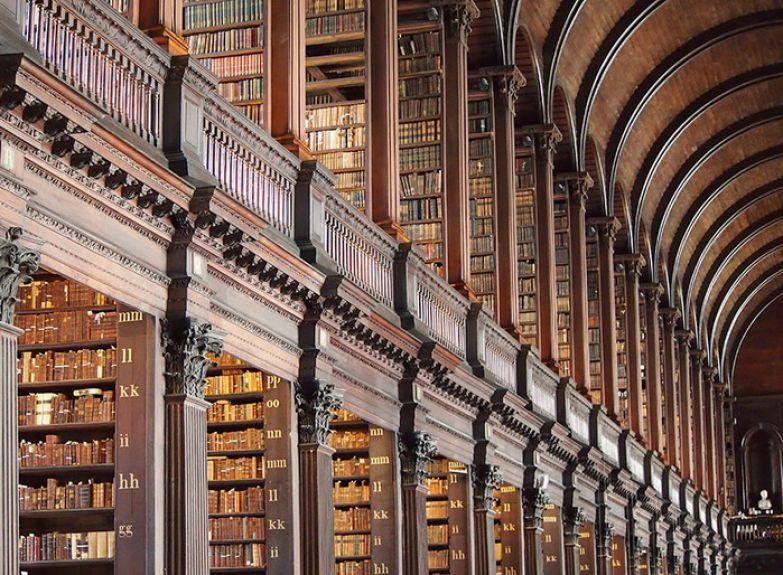 Богатейшая библиотека в Тринити-колледже, Ирландия