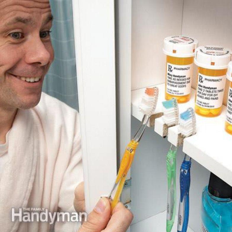 11. Вырежьте углубления в полке шкафчика для хранения зубных щёток. ванная комната, лайфхаки, уют