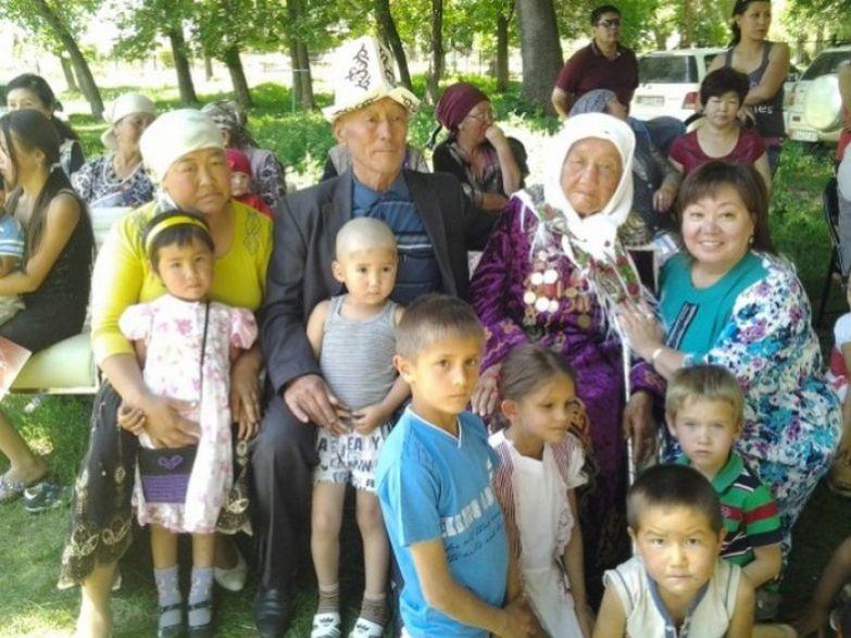 Токтогон Алтыбасарова в кругу семьи.