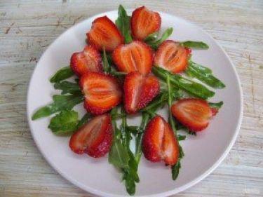 Салат из клубники и черешни - фото шаг 3