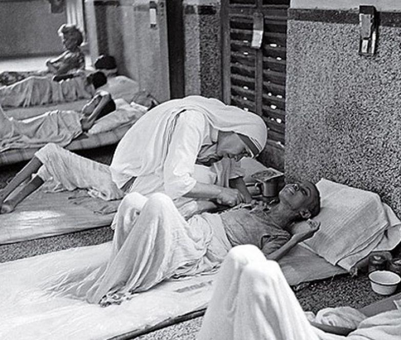 Мать Тереза возле тяжело больного мальчика. | Фото: u.kanobu.ru.