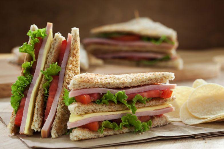 Такой солидный бутерброд заменит ребенку полноценный обед