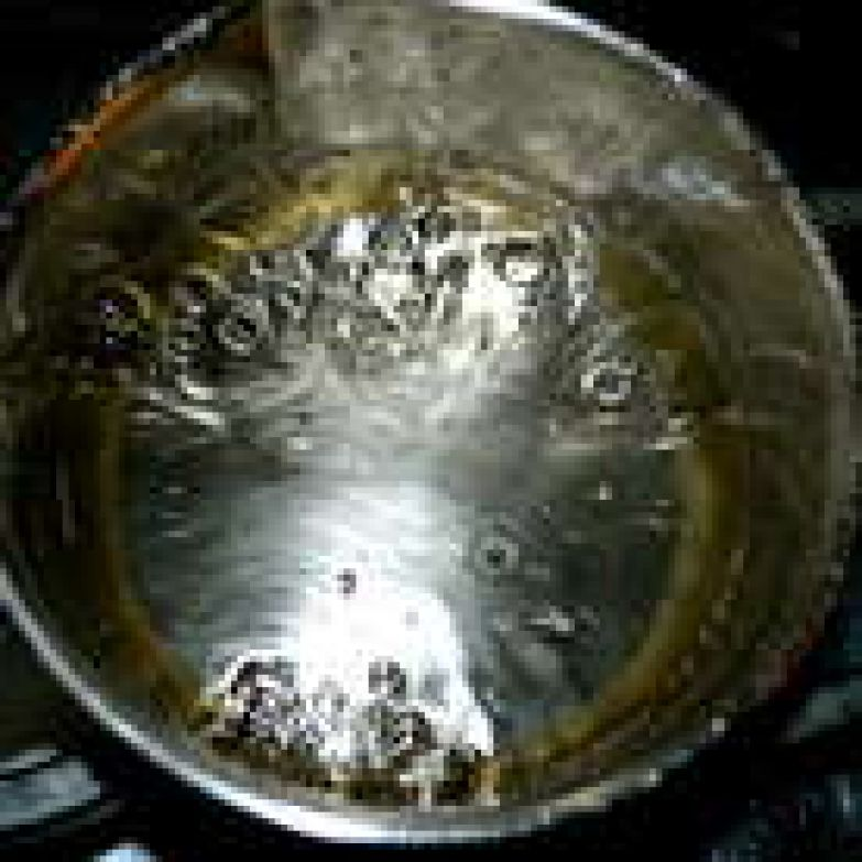 Займемся приготовлением итальянской меренги, которую добавим затем к нашему шоколадно-масляному крему. В небольшой ковшик налить воду (35 г) и положить 75 г сахара. Поставить на слабый огонь и дать закипеть, постоянно помешивая, чтобы сахар растворился. При приготовлении этого сиропа лучше всего пользоваться кухонным термометром... Кипящий сироп должен достигнуть температуры 121 С.