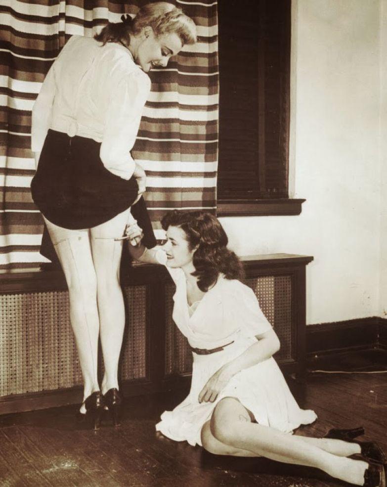 Из-за нехватки капроновых чулок женщины имитировали их рисунок на ногах, чтобы казалось, что они в чулках. 1942 год.