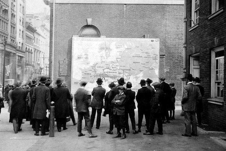 Прохожие изучают новую карту Европы после окончания Первой Мировой войны. Филадельфия, 1918 год. история, события, фото