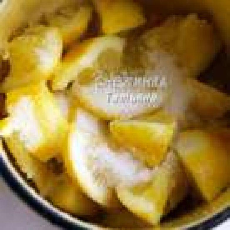 Теперь приготовим ЛИМОННЫЙ КУРД. Берём лимоны, один из них остался от песочного теста. Сначала натираем в кастрюльку цедру, затем режем сами лимоны, можно со шкуркой, на не очень крупные кусочки. Засыпаем сахаром и оставляем ненадолго, чтобы лимоны пустили сок. Затем мнём их толкушкой, чтобы ещё больше выжать.