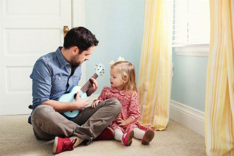 Бен играет на укулеле для дочери песню Стиви Уандера, которая звучала на свадьбе.
