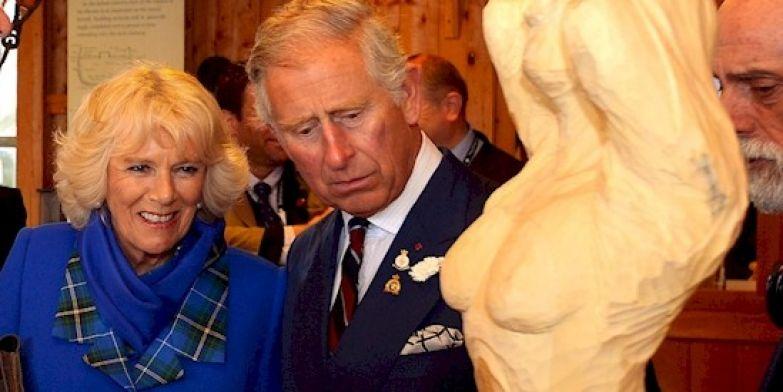 7. Чарльза, кажется, заворожил бюст этой скульптуры британия, королева Елизавета, королевская семья, этот неловкий момент